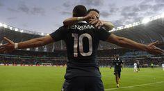 Karim Benzema fête son deuxième but avec Mathieu Valbuena, contre le Honduras, à Porto Alegre (Brésil), le 15 juin 2014.