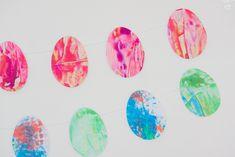 activité manuelle enfant sur le thème de Pâques. Création d'une guirlande d'oeufs de Pâques en peinture. Decoration, Activities For Kids, Diy, Games, Ewen, Centre, Garland Decoration, Gaming, Home