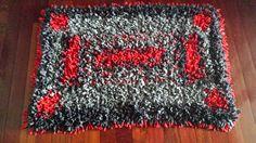 Alfombra realizada con trapillo en tres colores. Sobre una rejilla antideslizante de alfombras, he ido anudando tiras de trapillo del mismo tamaño. El dibujo lo he ido creando sobre la marcha. # alfombras #desestresanteCR #manualidades