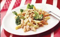 Mättande pastarätt med tonfisk och ostsås – och snabblagat! 300 g pasta t ex penne 250 g broccolibuketter ½ purjolök Smör 370 g tonfisk i vatten 2½ dl Kelda® pastasås mild ost ••• Koka pastan och lägg i broccolin när det återstår ca 3 min av koktiden. Strimla och fräs purjolöken i smör-&rapsolja i en kastrull. Häll av vattnet från tonfisken. Lägg den i kastrullen och häll på ostsåsen. Låt koka ca 1 min. Servera såsen till pastan.