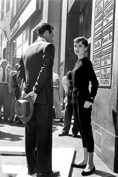 """summers-in-hollywood: """"Audrey Hepburn and William Holden on location for Sabrina, 1954 """" Audrey Hepburn Outfit, Audrey Hepburn Mode, Aubrey Hepburn, Golden Age Of Hollywood, Classic Hollywood, Old Hollywood, Look Retro, Mode Boho, Actrices Hollywood"""