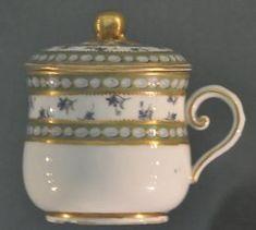 Le service à décor de perles et barbeaux (c'est-à-dire des bleuets) est un autre service de porcelaine de la Manufacture de Sèvres. Il fut livré à la reine Marie-Antoinette en janvier 1782. Il ne comprenait pas moins de 295 pièces (dont 96 assiettes plates, 24 assiettes à potages et 24 pots à jus)