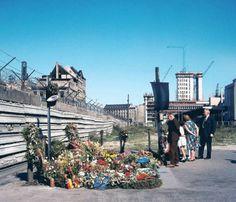 """An der Zimmerstraße, Kreuzberg, 1962 #594 At Zimmerstrasse, Berlin-Kreuzberg, 1962 """" Trauer und Sightseeing. West-Berlin war ein Ort der Widersprüche. Hier das Mahnmal für den beim Fluchtversuch getöteten Peter Fechter an der..."""