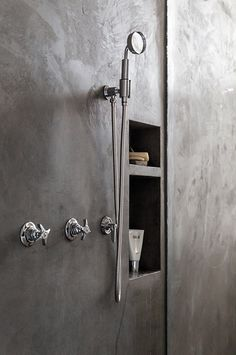 ▼ Polished plaster wetroom Trou dans le mur pour mettre gel douche ! Bond Street Loft by Ensemble Architecture