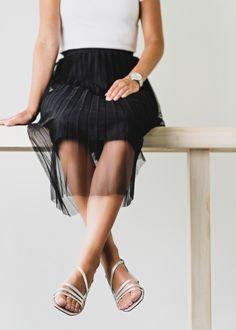 Diese brillanten Sandaletten von Paul Green bezaubern mit filigranem Riemchen-Design und trendigem Metallicleder in Silber. Der stabile, mit Leder überzogene Blockabsatz liefert besten Tragekomfort. Eine reizende, verstellbare Schließe sorgt für perfekten Halt. Zeigen Sie sich mit diesem Paar von Ihrer strahlenden Seite! Paul Green, Metallic, Ballet Skirt, Skirts, Shopping, Design, Fashion, Couple, Ladies Shoes