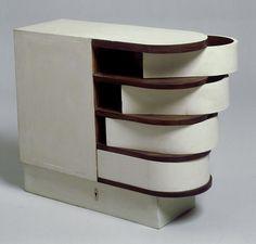 Cabinet à tiroirs pivotants, 1926-1929, bois peint. Mobilier provenant de la villa E 1027 © Centre Pompidou / Jean-Claude Planchet