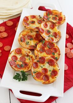 Easy Mini Tortilla Pizzas – These crisp and gooey pizzas just need 4 ingredients and 10 minutes. Bake 'til bubbly and golden in your muffin . Tortilla Pizza, Mini Pizzas, Pizza Recipes, Appetizer Recipes, Cooking Recipes, Party Appetizers, Comida Pizza, Tapas, Snack Hacks