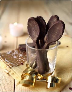 Cuillères en chocolat ... Christmas Sweets, Christmas Baking, Chocolates, Chocolate Spoons, Chocolate Decorations, Pastry Cake, Food Humor, French Food, Dessert Recipes
