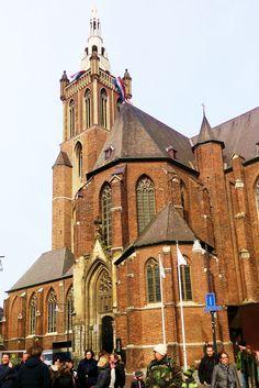 Baksteen is het voornaamste materiaal van deze kruisbasiliek, laatgotiek de bouwstijl. De kerk heeft voortdurend te lijden gehad van plunderingen en verwoestingen, storm en blikseminslagen, de Beeldenstorm en stadsbranden en werd daardoor regelmatig verbouwd. De toren werd op 28 februari 1945 verwoest, maar weer herbouwd. In 1957 werd het vergulde beeld van Sint Christoffel, patroon van de stad, op de torenspits geplaatst. In 2005 is de kathedraal opnieuw grondig gerestaureerd.
