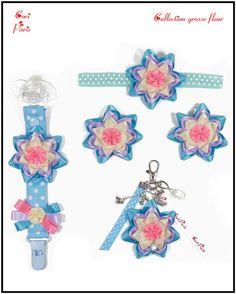 """Accessoires bébé et femme CORI PARIS, collection """"Grosse Fleur"""" bleue. Attache tétine, bandeau bébé, barrettes fille, bijou de sac grosse fleur bleue."""