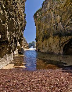 8 tesoros del litoral llanisco 1.-Playa de San Antonio… un refugio de placer a la vera de Cuevas de Mar Es una pequeña cala de arena blanca y moderado oleaje, que se llama San Antonio. Esta playa n…