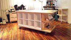 Un plan de travail à roulettes réalisé à partir de deux unités KALLAX, deux consoles EKBY STILIG et deux lampes TERTIAL. | Ikea Hackers