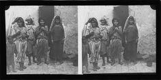 Kairouan   Portrait de femmes et enfant devant une maison    1926-1930