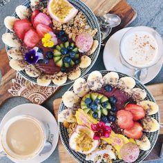 Açaí Bowls and Chai Latte. I Love Food, Good Food, Yummy Food, Tasty, Vegan Smoothies, Aesthetic Food, Food Inspiration, Healthy Snacks, Food Photography