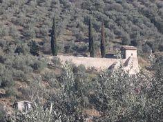 """Chiesa di Santa Caterina  fuori Trevi  la cui parete di fondo alloggia l' affresco trecentesco che raffigura una grande scena di """"Crocifissione"""""""