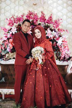Muslimah Wedding Gown Love In Fairy Tale Dea & Dwiki Wedding Muslimah Wedding, Wedding Hijab, Wedding Gowns, Muslim Brides, Muslim Couples, Fashion Muslimah, Hijab Fashion, Marriage Life, Kebaya