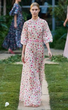 Luisa Beccaria Spring 2020 Ready-to-Wear Fashion Show - Vogue Only Fashion, Fashion 2020, Womens Fashion, Fashion Trends, Luisa Beccaria, Lace Maxi, Fashion Show Collection, Mannequins, Vogue Paris