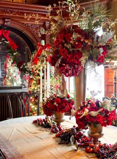 Ambivalent about the chandelier, but I love the centerpieces! ❤❤❤. Wilderstein Holiday Tour (PDD)