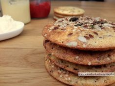 Zoete broodjes zijn ongelooflijk makkelijk en snel te maken, zacht en cake-achtig door het kokosmeel en precies de juiste vorm om te kunnen beleggen.