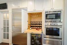 Удобное хранение бокалов и бутылок на кухне