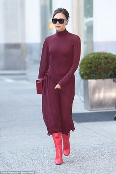 On the run in plum: Victoria Beckham wore a colour clashing ensemble in New York on Friday as she emerged from her hotel Victoria Beckham Shoes, David And Victoria Beckham, Casual Street Style, Casual Chic, Victoria Fashion, Victoria Style, Stylish Winter Outfits, Everyday Dresses, Look Chic