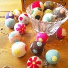 羊毛フェルトで作れるフェルトボール。意外と簡単に作れちゃいます。たくさん作ったら、つなげてオリジナル雑貨にしてみませんか?