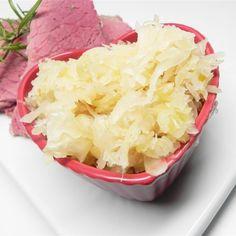 Easy Homemade Sauerkraut Quick Pickled Radishes, Pickled Vegetables Recipe, Pickled Okra, Pickled Garlic, Making Sauerkraut, Homemade Sauerkraut, Sauerkraut Recipes, Vegetable Sides, Vegetable Recipes