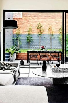 indoor/outdoor space modern design living room leading to a patio Interior Exterior, Home Interior, Exterior Design, Interior Styling, Indoor Outdoor Living, Outdoor Decor, Outdoor Chairs, Small Outdoor Spaces, Outdoor Furniture