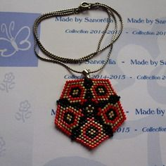 2014-129 - pendentif + chaine - style pentagone - tissage peyote - couleur en argenté rouge et noir
