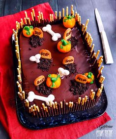 Recette du gâteau cimetière pour Halloween #halloween #gâteau #cimetière Halloween 2020, Halloween Party, Chocolat Halloween, Dessert Halloween, 13 Desserts, Pastry And Bakery, Bakery Recipes, Birthday Cake, Totalement