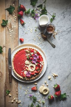 Strawberry tart - Campi di fragole per sempre (With images) Sweet Pie, Sweet Tarts, Tart Recipes, Sweets Recipes, Food Photography Styling, Food Styling, Granja San Francisco, Food Design, Food Pictures