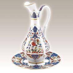 El Yapımı Sürahi Takımı No. 3  Kütahya Porselen Ürün Kodu : PL02ST01415    El Yapımı Vazo klasik Osmanlı motifleri ve sırüstü tekniği ile saf altınyaldız kullanılarak özel olarak üretilmiştir.