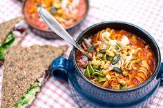 Pastasoppa med tomat, tofu och grillad paprika | Kung Markatta - kungen av ekologiskt En vegetarisk pastasoppa med allt man kan behöva för att utflykten som bli så bra som möjligt. Den grillade paprikan samt de soltorkade tomaterna gör den både lite mustig och söt. Tillreds snabbt och lätt eftersom du lagar den rakt upp och ner i två kastruller - ingen stekning bara kokning.