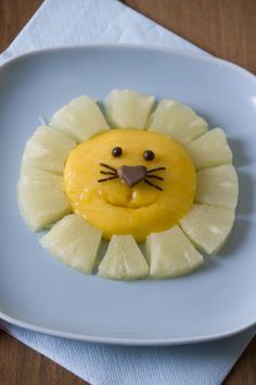 Ça c'est un petit lion super vitaminé : mangue et ananas ! Cute Food, Good Food, Yummy Food, Fruit Recipes, Baby Food Recipes, Food Art For Kids, Food Kids, Childrens Meals, Food Decoration