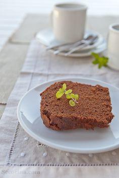 Un bizcocho de chocolate de sabor intenso y sin embargo suave y nada pesado. Receta excelente para probar con chocolates de buena calidad.