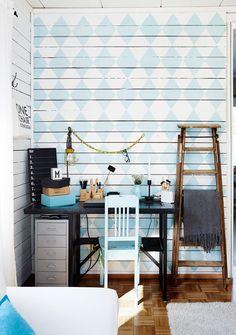 Minnan suoraan raakalautaseinään maalaama salmiakkikuvio on koko huoneen katseen-vangitsija. Työpöydän pöytälevy on mustaksi maalattu vanha ovi. Jalustana on kellarista löytynyt teollisuusompelukoneen jalka.