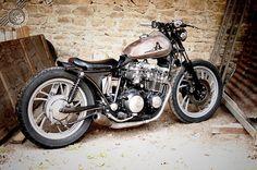 La Yamaha XJ 650 de Pinoche, une petite pétoire bien radicale… Bobber Motorcycle, Bobber Chopper, Motorcycle Style, Motorcycles, Custom Bobber, Custom Bikes, Bobbers, Yamaha Xj 650, Modern Cafe Racer