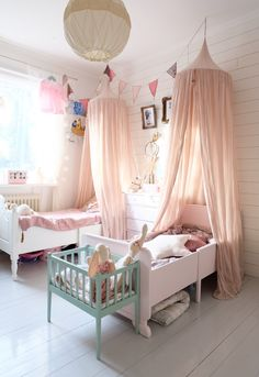 Inredning. Girls room with two beds and pink canopies. #bunnyinthewindow