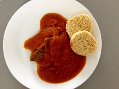 Vařené hovězí maso s rajskou omáčkou a zeleninovým knedlíkem