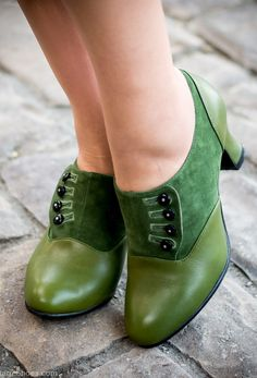 Vintage Style Shoes, Vintage Inspired Shoes Greta Retro Side-Button Shoes Green Pretty Shoes, Beautiful Shoes, Cute Shoes, Women's Shoes, Me Too Shoes, Dress Shoes, Strappy Shoes, Flat Shoes, Dress Clothes