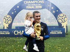 Coupe du monde 2018 : Trop chou ! Quand Antoine Griezmann et sa fille Mia brandissent ensemble le trophée