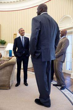 Das Bild mit Merkel ist ebenso Teil der jährlichen Bilanz des offiziellen Fotochefs des Weißen Hauses, Pete Souza, wie auch diese Szene mit Basketball-Star Shaquille O'Neal, der den mächtigsten Mann der Welt ganz klein aussehen lässt.