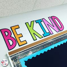 A detailed picture tour of setting up, organizing, and decorating a 1st grade classroom. Chalkboard Classroom, Classroom Bulletin Boards, Classroom Walls, New Classroom, Classroom Community, Kindergarten Classroom, Classroom Themes, Classroom Organization, Organizing