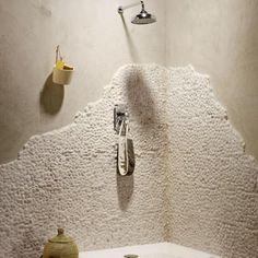 Avec des murs en galets blancs et de la peinture stuckée