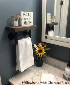 Décor Violet, Design Rustique, Rustic Design, Style Rustique, Industrial Pipe Shelves, Small Bathroom Storage, Decorative Bathroom Towels, Small Vintage Bathroom, Small Rustic Bathrooms