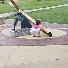 """Nothing is more beautiful than to see a little girl who sees Jesus in need of help and says """"oh no Jesus needs help"""" and then tries to take up the cross. Just the pure innocence of a child. Jesus Rettet, Jesus Art, Pictures Of Jesus Christ, Love Actually, Jolie Photo, Blessed Mother, Faith In Humanity, Bible Art, Christian Art"""