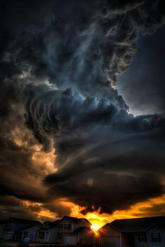 het spectaculaire aan deze plaat, is die donkere dreigende wolken, maar aan de andere kant ook weer het zachte licht van de zon. Door het licht van de zon krijg je ook die mooie schaduwen in de wolk, waardoor de wolk nog dreigender lijkt.