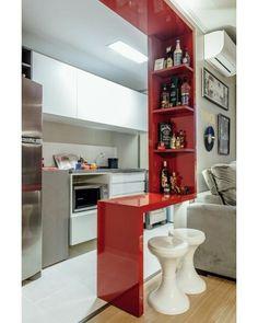 Pórtico bancada que divide sala e cozinha emolduram os ambientes com muita funcionalidade e charme. Quem assina o projeto do espaço é o escritório Ambientta Arquitetura