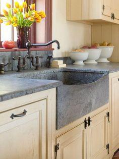 Nice 99 Gorgeus Farmhouse Kitchen Sink Design Ideas. More at http://www.99homy.com/2018/03/14/99-gorgeus-farmhouse-kitchen-sink-design-ideas/
