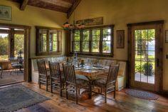 Belle salle à manger et véranda aménagées et meublées dans un style inspiré des temps jadis